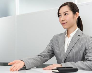 説明する女性スタッフ